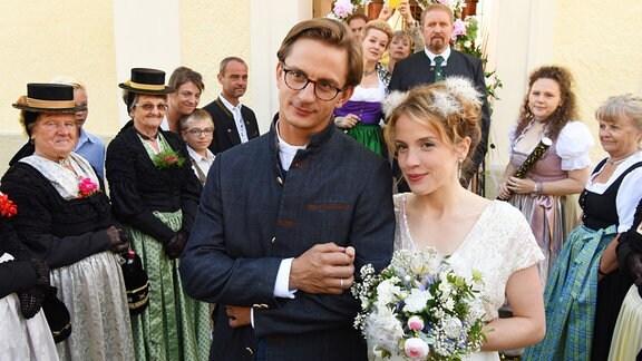 Svea Classen (Paula Kalenberg) und Peter Pirnegger (Sebastian Wendelin) geben sich in Peters Heimatort das Ja-Wort
