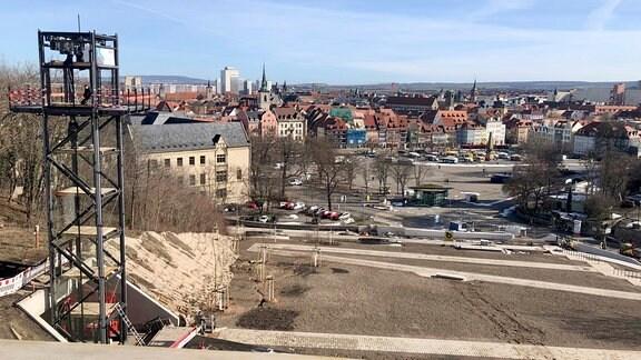 Über einen Panoramaweg gelangt der Besucher auf den Petersberg und somit auf das BUGA-Gelände mitten in Erfurt.