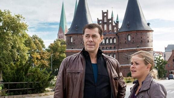 Finn Kiesewetter (Sven Martinek, l.) und Sandra Schwartenbeck (Marie-Luise Schramm, r.) müssen den Mord an Kuno Denzer, dem Inhaber eines Schlüsseldienstes in Lübeck aufklären.