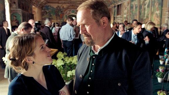 In der Politik sind Svea (Paula Kalenberg) und ihr Schwiegervater Joseph (Harald Krassnitzer) erbitterte Gegner.