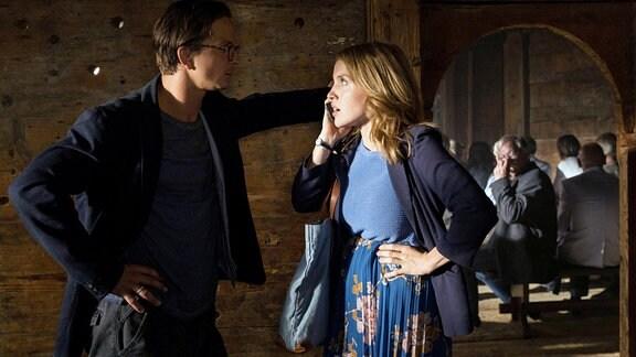 Peter (Sebastian Wendelin) und seine Frau Svea geraten in Streit.