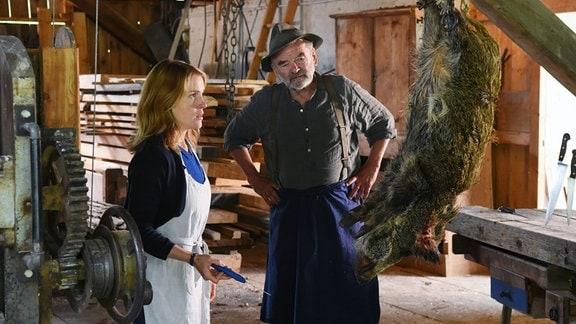Selbst ist die Jägerin: Svea (Paula Kalenberg) lernt bei Alt-Bürgermeister Franz Mingner (Branko Samarovski) für die Jagdschein-Prüfung.