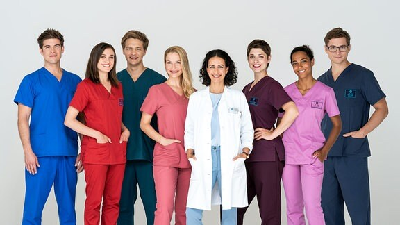 V.l.n.r. Ben Ahlbeck (Philipp Danne), Rebecca Krieger (Milena Straube), Mikko Rantala (Luan Gummich), Julia Berger (Mirka Pigulla), Dr. Leyla Sherbaz (Sanam Afrashteh), Dr. Theresa Koschka (Katharina Nesytowa), Dr. Emma Jahn (Elisa Agbaglah), Dr. Elias Bähr (Stefan Ruppe)