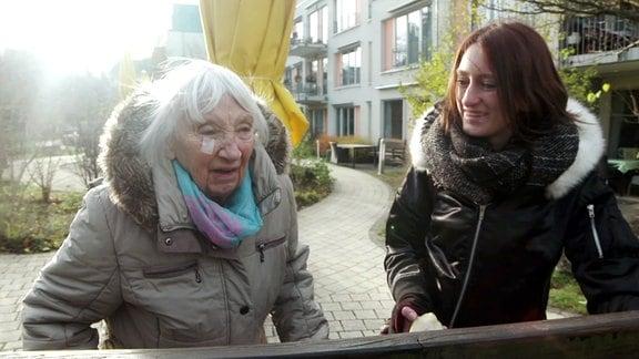 Der Alptraum: am Ende unseres Lebens auf einer Pflegestation für Demenzkranke zu landen. Was wirklich in der Abgeschiedenheit solch einer Einrichtung geschieht, wissen wir oft nicht. - Luzie Abel lernt eine neue Seite ihrer Oma kennen.