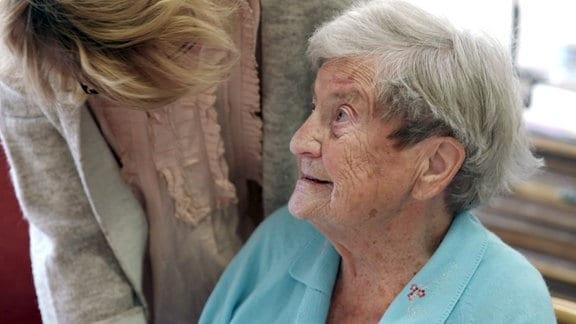 Der Alptraum: am Ende unseres Lebens auf einer Pflegestation für Demenzkranke zu landen. Was wirklich in der Abgeschiedenheit solch einer Einrichtung geschieht, wissen wir oft nicht. - Kleine Augenblicke der Lebensfreude – das ist auch mit Demenz möglich.