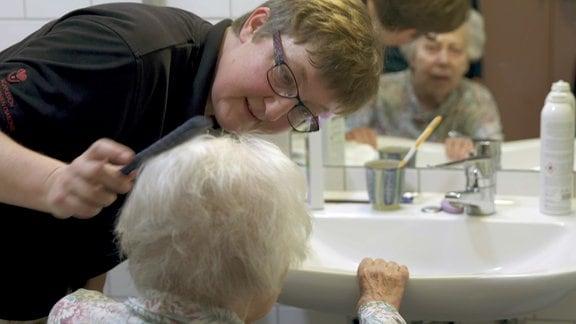 Der Alptraum: am Ende unseres Lebens auf einer Pflegestation für Demenzkranke zu landen. Was wirklich in der Abgeschiedenheit solch einer Einrichtung geschieht, wissen wir oft nicht. - Demenzkranke brauchen besonders viel Einfühlungsvermögen.