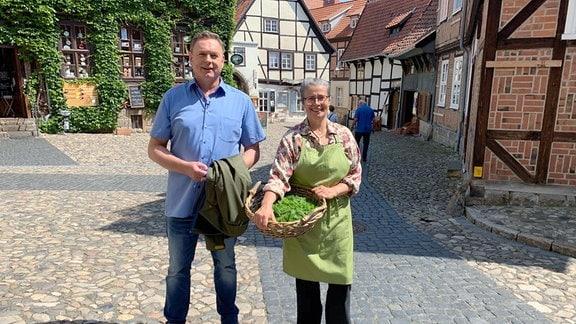 Simone Seiboth aus Quedlinburg stellt nach einem jahrhundertealten Rezept Senf her. Axel Bulthaupt probiert gerne.