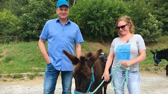 Eselführerin Claudia Röhnke und Axel Bulthaupt erkunden den Harz.