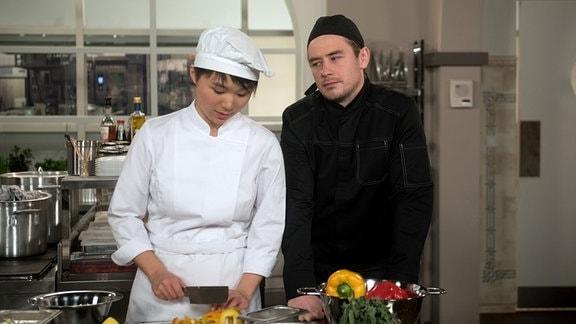 Oliver (Niklas Löffler, r.) versucht Ellen (Yun Huang, l.) mit der Vision von einem gemeinsamen Restaurant zu ködern.