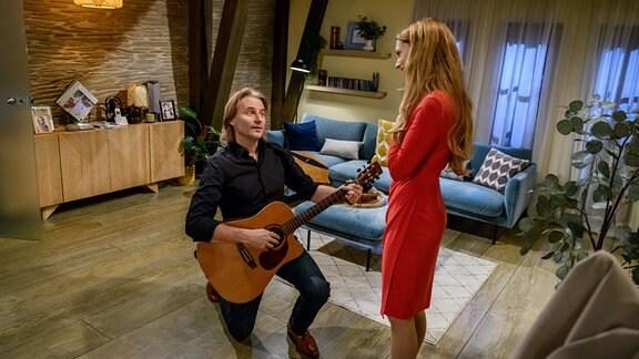 Michael (Erich Altenkopf, l.) überrascht Rosalie (Natalie Alison, r.) an ihrem Geburtstag mit einem Ständchen.