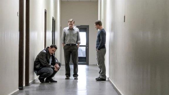 Ratlosigkeit bei den Fahndern Mirko Kerber (Alexander Beyer, links), Paul Winter (Florian Lukas, rechts) und Walter Ahler (Sylvester Groth).