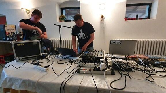 Der eine legt Techno auf, der andere klassische Tanzmusik. Frank Werner und sein Sohn Richard sind beide DJ's.