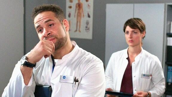 Theresa (Katharina Nesytowa, r.) und Matteo (Mike Adler, l. ) sind sich uneinig, über die realen Chancen der schwer verletzten Feuerwehrfrau.