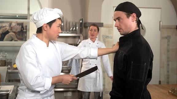 Carla bekommt entsetzt mit, wie Ellen Oliver mit einem Messer bedroht.