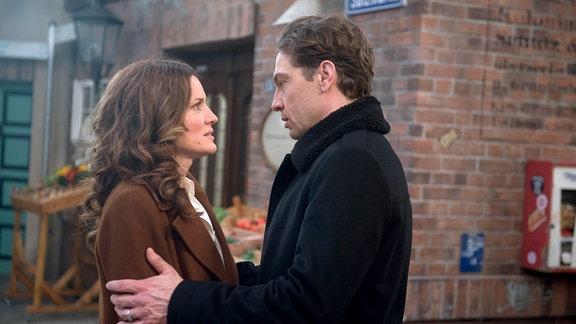 Tatjana (Judith Sehrbrock, l.) gesteht Paul (Leander Lichti, r.) ihre Liebe.
