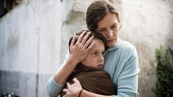 Elisabeth (Katharina Lorenz) lässt nichts unversucht, um zu beweisen, dass Findelkind 2307 ihr Kind ist. Für Max (Noah Kraus) wird der größte Wunsch der Eltern zum Alptraum.