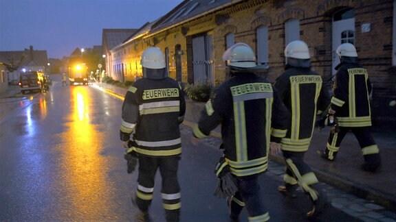 Land unter in Schinne - ein Starkregen bringt die Feuerwehr auf Trab.