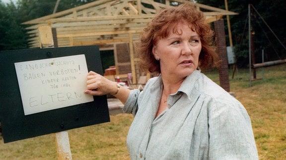 Ausgerechnet Winfrieds Eltern, Frau Tübner (Heide Kipp) und ihr Mann, bauen eine Datsche im Landschaftsschutzgebiet.