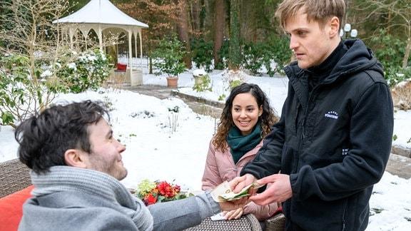 Als Max (Stefan Hartmann, r.) Vanessa (Jeannine Gaspár, M.) die freudige Nachricht überbringt, dass Chantal gerettet ist, freut sie sich sehr. Zum Erstaunen von Max macht  Georg (Robert Herrmanns, l.) ein großzügiges Angebot …
