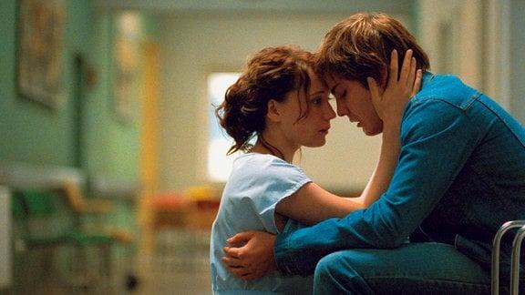 Alex (Daniel Brühl) besucht seine Mutter im Krankenhaus und lernt dabei Krankenschwester Lara (Chulpan Khamatova) kennen, in die er sich verliebt.