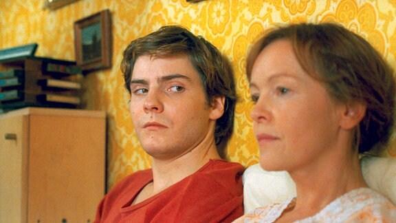 Alex (Daniel Brühl) mit seiner Mutter Christiane (Katrin Saß), die aus dem Koma wieder erwacht ist und noch nichts von dem Ende der DDR ahnt.