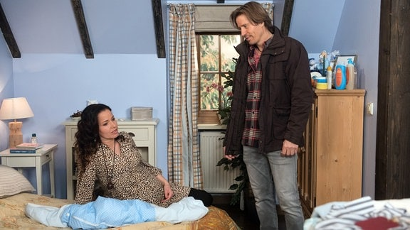 Tina (Katja Frenzel, l.) erwartet ungeduldig, dass es mit der Geburt endlich losgeht (mit Hakim Michael Meziani, r.).