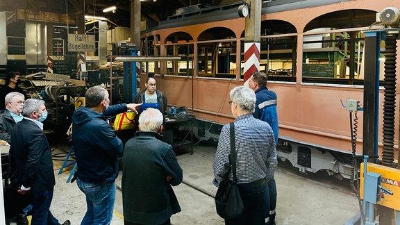 """Im historischen Depot der """"Halleschen Straßenbahnfreunde e.V."""" feiert der Kirchenfensterwagen """"Hochzeit"""": Die Verbindung von Fahrgestell und Wagenkasten ist hergestellt."""