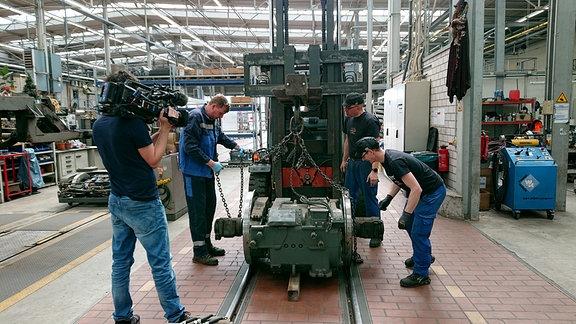 """Motor der historischen """"Kirnitzschtalbahn"""" in der HAVAG-Werkstatt in der Freiimfelder Straße."""