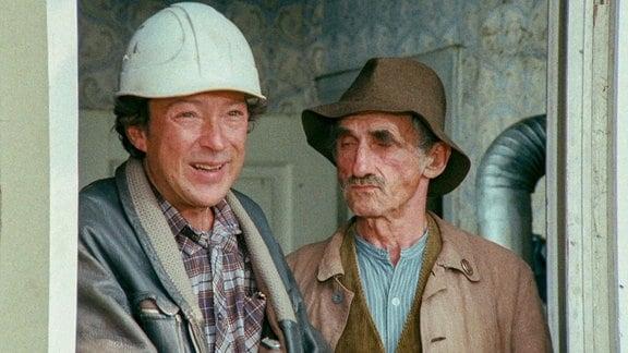 Vergeblich versucht Hennings Vater (Jaecki Schwarz, l.), den Uropa (Horst Schulze) vom Umzug in ein Altersheim zu überzeugen.