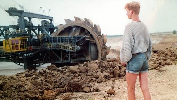 Der 15-jährige Henning (Holger Kubisch) erlebt, wie sich Bagger allmählich in die Landschaft fressen und Dörfer zerstören.