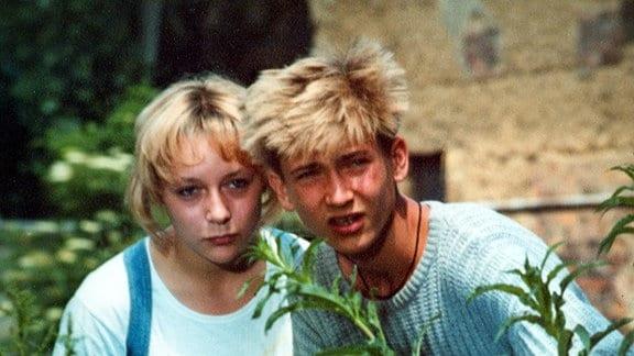 Gemeinsam mit Dixie (Susanne Saewert) wird Henning (Holger Kubisch) Zeuge, wie das einst idyllische Dorf Wussina der Zerstörung preisgegeben wird.