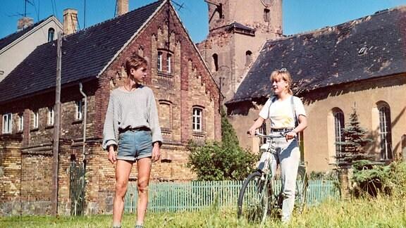 Dixie (Susanne Saewert) möchte den trauernden Henning (Holger Kubisch) nicht allein lassen und folgt ihm auf dem Weg ins Dorf seines Uropas.