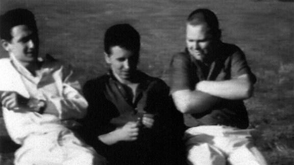 Drei Arbeiter aus Dresden. In den 70er Jahren hatten sie sich in der Volkshochschule im Malzirkel kennengelernt. Seitdem sind sie Freunde. Der Chemiegraph, der Kraftfahrer, der Steinbildhauer.