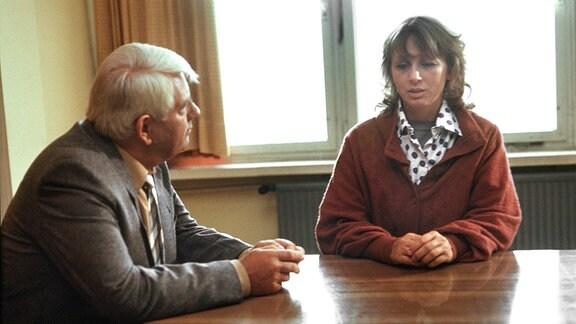 Hauptmann Fuchs (Peter Borgelt), Frau Henrich (Jenny Gröllmann).