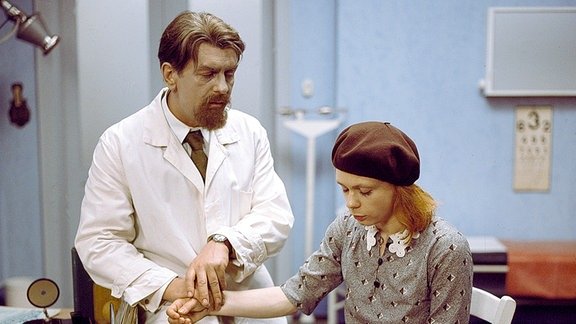 Hete Fent (Renate Krößner) bei Dr. Möller (Heinz Behrens).