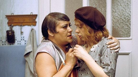 Madame Heye (Marianne Wünscher) stützt Hete Fent (Renate Krößner) (v.l.).
