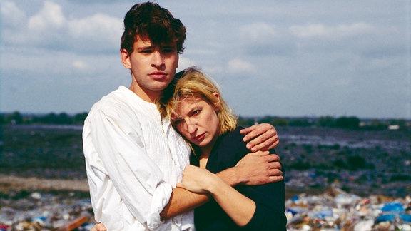 Der 17-jährige Gerat (Frank Stieren) hofft, dass sich seine ehemalige Lehrerin Claudia (Dagmar Manzel) für eine Zukunft mit ihm entscheidet.
