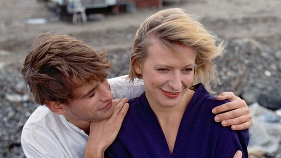 Claudia (Dagmar Manzel) besucht Gerat (Frank Stieren) auf seiner Arbeitsstelle, einer Müllkippe am Rande der Stadt.