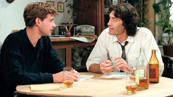 Weil Gerat (Frank Stieren, l.) immer wieder mit seinem Vater (Winfried Glatzeder) aneinandergerät, will von zu Hause weg.