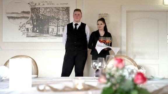 """Alena und Jesse, Azubis im Hotel """"Borkel-Mühle"""" in Hamburg."""
