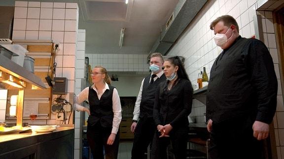 """Die Azubis Jessica, Jesse, Alena und Tjark (v. l. n. r.) in der Küche des Hotels """"Borkel-Mühle"""" in Hamburg."""