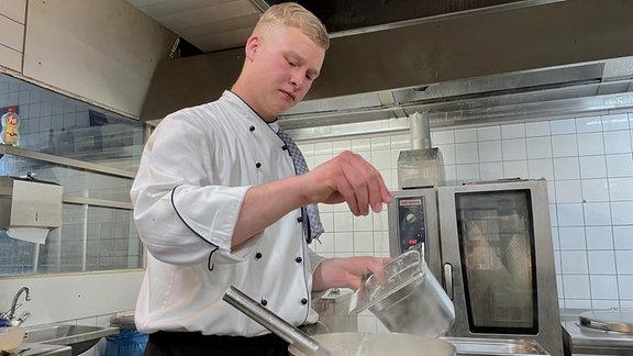 """Azubi Markus in der Küche des Hotels """"Borkel-Mühle"""" in Hamburg."""
