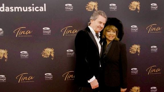 Tina Turner und Ehemann Erwin auf dem Roten Teppich zum Tina Turner Musical Hamburg.