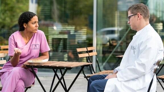Emma (Elisa Agbaglah, l.) und Elias (Stefan Ruppe, r.) verbringen ihre Mittagspause zusammen.