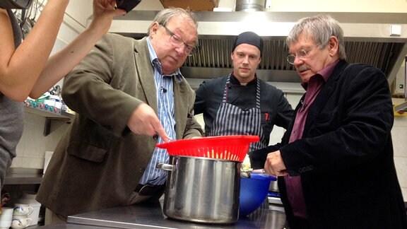 Jaecki Schwarz und Wolfgang Winkler kochen mit dem Koch Basti in Görlitz Klöße.
