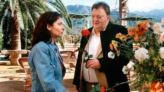 Richard Brosche (Dieter Pfaff) entschuldigt sich bei Hanna (Simone Thomalla) für die Schwierigkeiten, die er ihr als Hotelgast bereitet hat.