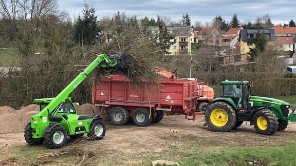 Die beiden landwirtschaftlichen Betriebe vom Ort haben sich zum Parkplatzbau verabredet.