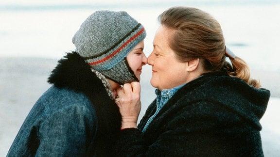 Lilli (Denise Zich, li.) spricht sich bei einem Spaziergang am Meer mit ihrer Mutter Anna (Marianne Sägebrecht) aus.
