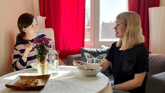 Aliena Mard (links) und Janett Eger im Gespräch.
