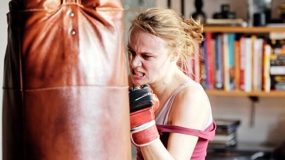 Leni Herold (Anke Retzlaff) versucht, sich die Wut auf sich selbst und auf den Typ, der sie vergewaltigt hat, aus Leib und Seele zu boxen.